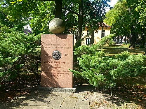 M�ggelheimer Dorfanger mit Gedenkstein f�r Johann Jacob Baeyer